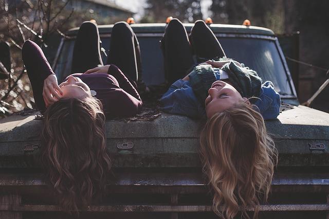 holky ležící na kapotě