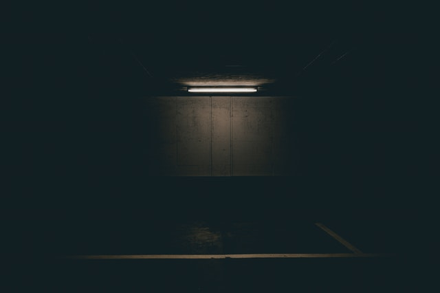Tmavá miestnosť osvetlená trubicou