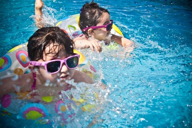 Deti v slnečných okuliaroch, ktoré plávajú vo vode.jpg