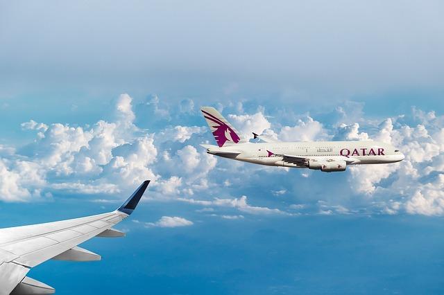 Dve lietadlá letiace v oblakoch.jpg