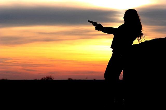 Pištoľníčka s poetickou dušou.jpg