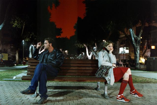 Dvaja pohádaní ľudia sedia na lavičke.jpg