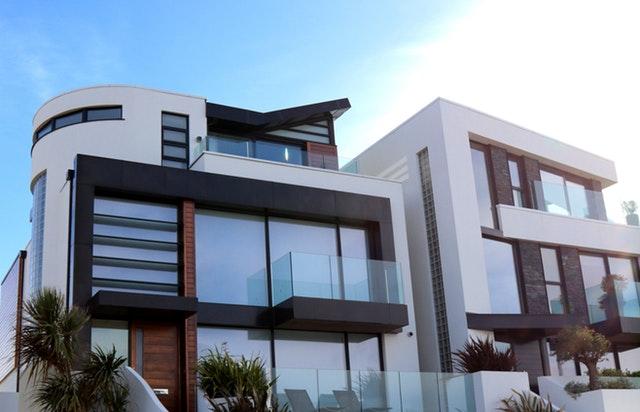 Veľký moderný dom s presklenými zábradliami a stenami